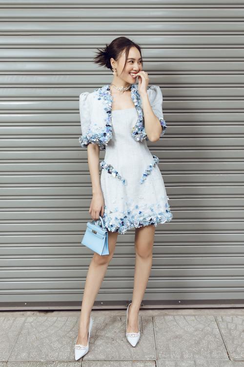 Chất liệu vải tweed hợp xu hướng mới được nhà thiết kế khai thác triệt để qua nhiều mẫu váy tôn nét trang nhã.