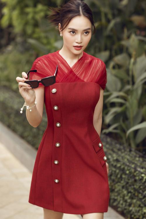 Xuyên suốt các mẫu thiết kế là tông màu trẻ trung và sang trọng như xanh baby, đỏ, trắng kem hay đen.