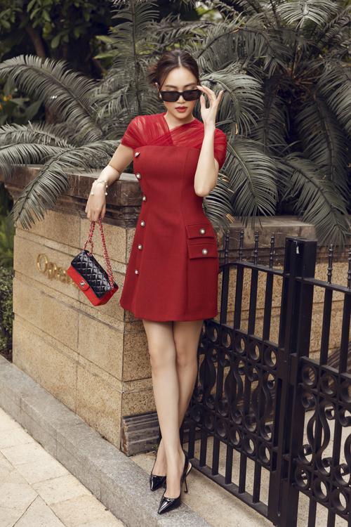 Bộ ảnh được thực hiện với sự hỗ trợ của nhiếp ảnh Hải Nguyễn, stylist Kye Nguyễn, trang điểm Dương Hữu Nghĩa.