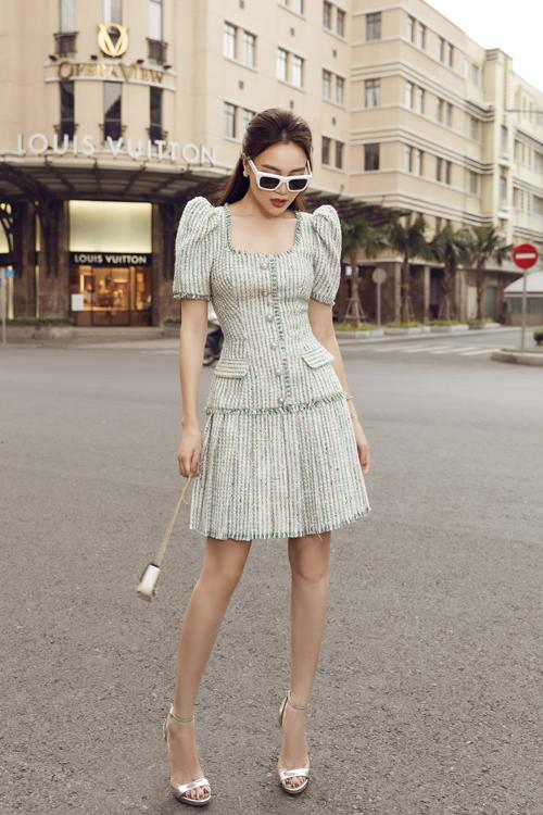 Lấy cảm hứng từ vẻ đẹp của trang phục dòng classic, đầm liền thân trên vải tweed được thêm các chi tiết vai bồng, siết eo bắt mắt.