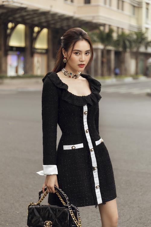 Đầm vải thô trên tông đen được trang trí đường viền ngực áo, tay và nắp túi tông màu tương phản.