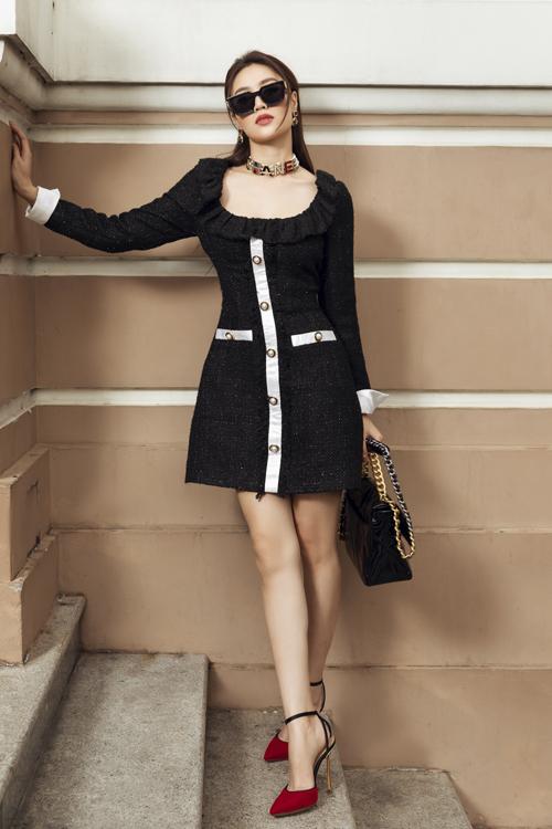 Khi diện loạt trang phục mới của nhà mốt Việt, Lan Ngọc chọn loạt túi hiệu đắt tiền để giúp cô trở nên sang chảnh hơn.