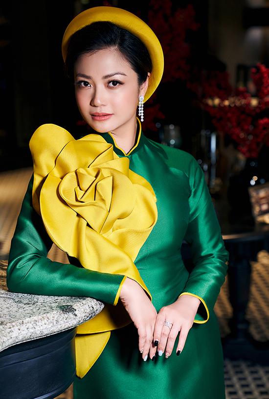 Hoa 3D to bản phủ kín một bên vai áo, trở thành điểm nhấn nổi bật. Nữ diễn viên chọn mấn đội đầu đồng điệu để hoàn thiện phong cách.