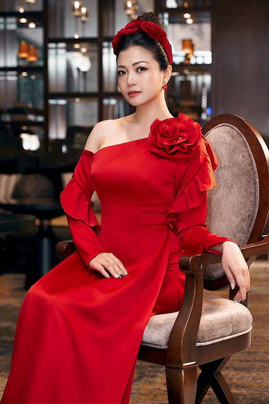 Nhà thiết kế khai thác chất liệu lụa, tơ, taffeta, nhung, satin, kết hợp linh hoạt ở mỗi dáng áo.