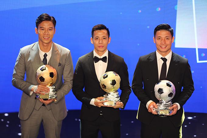 Quả bóng đồng Quế Ngọc Hải, Quả bóng vàng Văn Quyết và Quả bóng bạc Bùi Tiến Dũng (từ trái qua) chụp ảnh lưu niệm cùng nhau trên sân khấu.