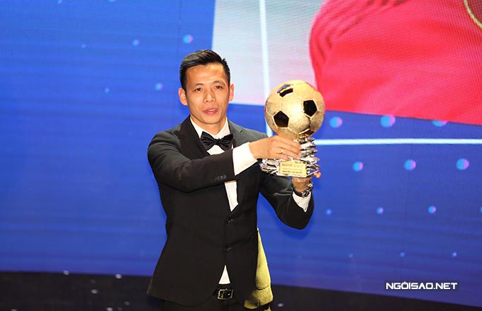 Đây là lần đầu tiên Văn Quyết giành Quả bóng vàng Việt Nam. Trước đó, anh từng đoạt Quả bóng bạc trong hai năm 2014 và 2015. Chân sút 29 tuổi góp công lớn giúp Hà Nội đoạt Cup Quốc gia và Á quân V-League 2020.