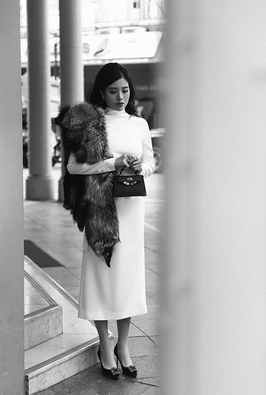 Thiết kế đơn sắc trở nên điệu đà, sang trọng hơn khi được người đẹp kết hợp với khăn lông thú, giày Manolo Blahnik màu đồng điệu.