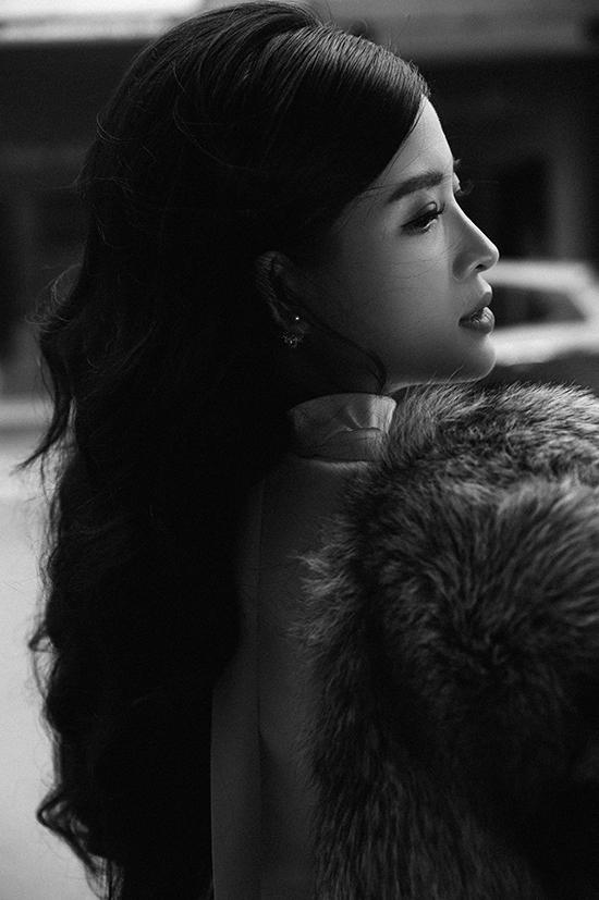 Khi thời tiết quá lạnh, cô khoác thêm áo lông dày để giữ ấm đồng thời tôn vẻ quý phái. Diện phong cách này, Phan Hoàng Thu tiết chế phụ kiện, chỉ đeo một đôi khuyên tai Dior. Hoa hậu Đông Nam Á trang điểm kiểu cổ điển và để tóc xoăn nhẹ, buông xoã tự nhiên.