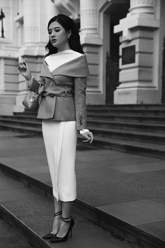Diện một thiết kế khác màu trắng, Phan Hoàng Thu tạo sự khác biệt bằng cách kết hợp với áo khoác trễ vai điệu đà.