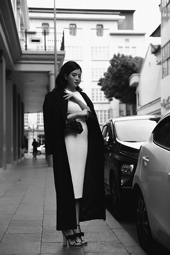 Thiết kế dáng bút chì được cô phối với áo măng-tô dáng dài và túi Balenciaga trị giá khoảng 50 triệu đồng.