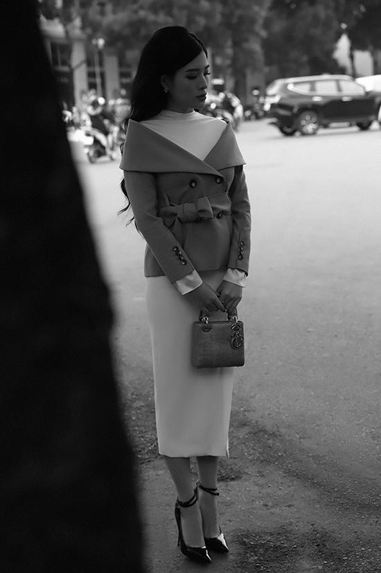 Với ngày lạnh, những chiếc váy dài quá gối được Phan Hoàng Thu yêu thích hơn cả vì vừa có thể giữ ấm vừa mang đến vẻ nữ tính, thanh lịch.