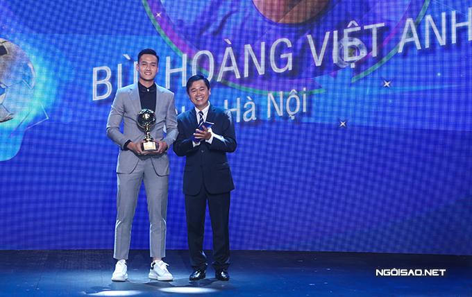 Bùi Hoàng Việt Anh giành danh hiệu Cầu thủ trẻ xuất sắc. Trung vệ sinh năm 1998 của CLB Hà Nội chấm dứt chuỗi ba năm liên tiếp Văn Hậu đoạt danh hiệu này.