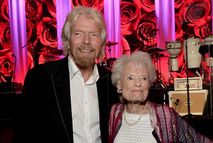 Tỷ phú Richard Branson và mẹ, bà Eve. Ảnh: CNBC.