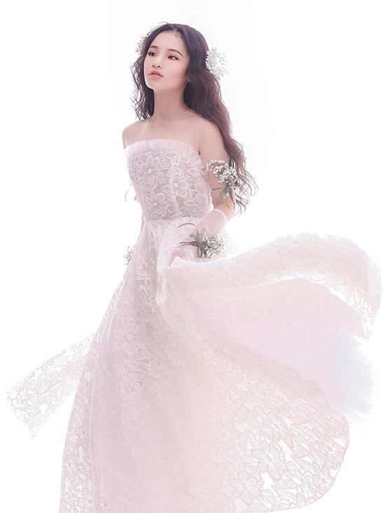 Bảo Hà thả hồn mơ màng trong bộ cánh cúp ngực may bằng vải ren hoa.