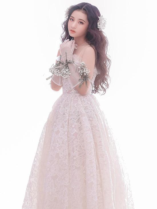 Bộ ảnh do chuyên gia trang điểm Lâm Nguyễn và Quí Bá Cao hỗ trợ thực hiện.