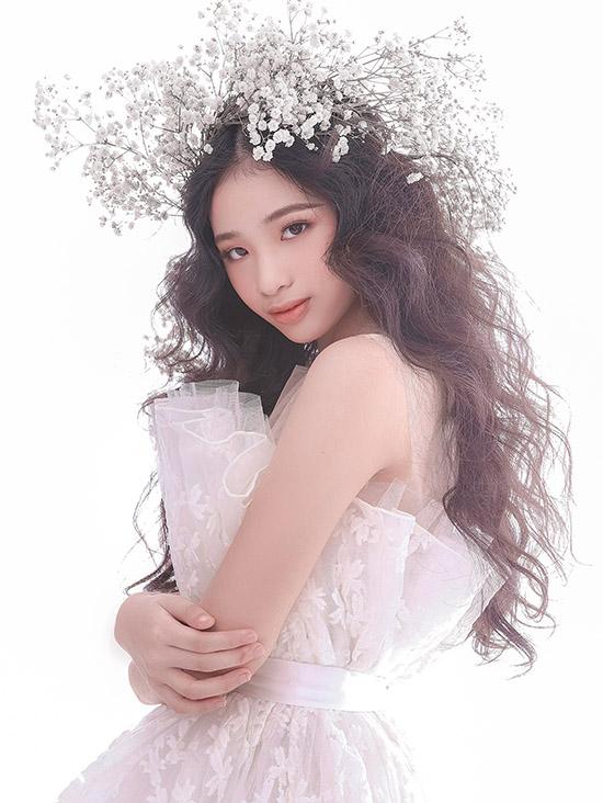 Mẫu 11 tuổi hào hứng sắm vai nữ thần mùa xuân với những đoá hoa nhỏ trên tóc và bộ váy bồng bềnh, lộng lẫy.