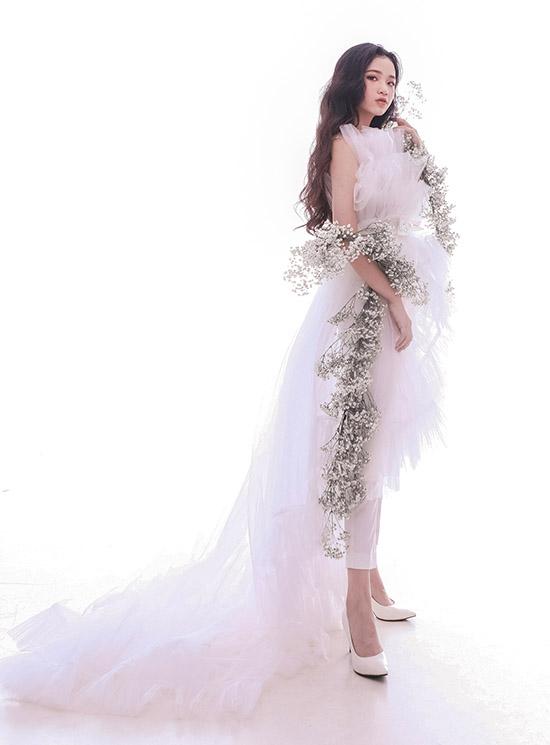 Màu trắng và chất liệu vải voan tôn vẻ đẹp thanh thoát, tinh khôi của Bảo Hà.