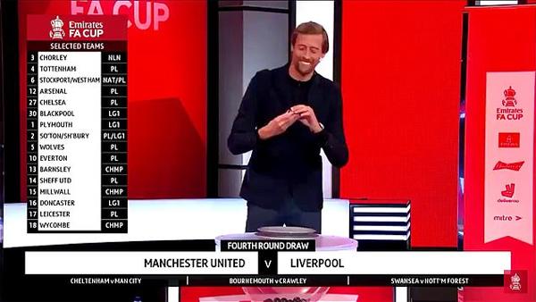 Crouch cười trừ khi lá thăm anh bốc đưa đội bóng cũ Liverpool gặp đối thủ mạnh là MU tại vòng 4 FA Cup trong khi các đội bóng khác ở Premier League đều chạm trán với các đối thủ yếu hơn. Ảnh: DM.