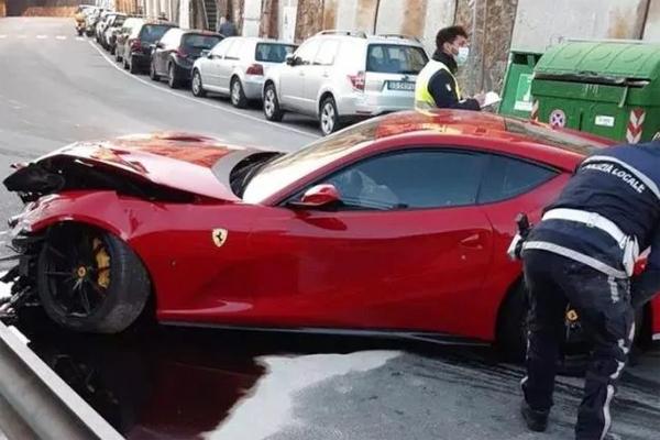 Chiếc Ferrari 812 Superfast bị bẹp dúm phần đầu sau sơ suất của người thợ rửa xe. Ảnh: CDS.