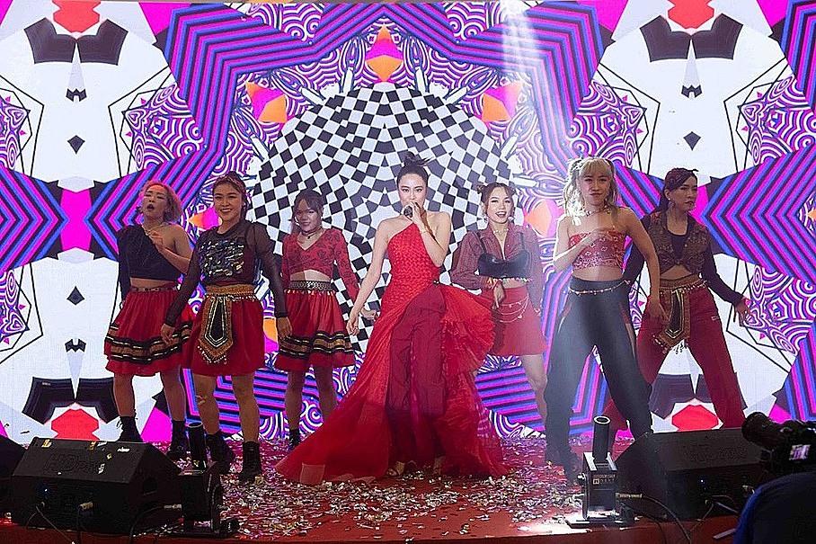 Tối 9/1, Hoàng Thùy Linh xuất hiện tại Lễ hội thế giới kem Celano, ở Vạn Hạnh Mall, TP HCM. Người đẹp diện váy đỏ cuốn hút, khuấy động bầu không khí sự kiện.