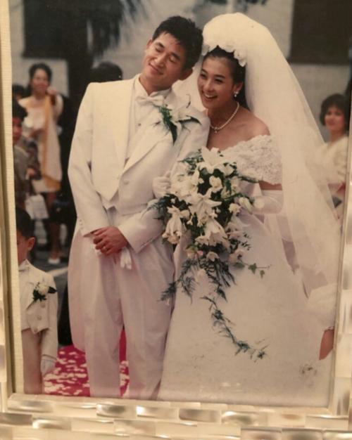 Kazuyoshi Miura kết hôn với bà xã người mẫu Risako Shitara năm 1993. Người đẹp đồng hành bên cầu thủ kỳ cựu người Nhật sinh ra ở New York, Mỹ, nhưng lớn lên ở quê nhà xứ sở mặt trời mọc. Bà xã Risako kém chồng một tuổi và từng là một người mẫu tên tuổi kiêm diễn viên.