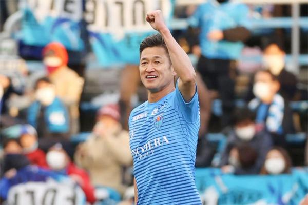 Hôm 11/1, CLB Yokohama thông báo đã gia hạn hợp đồng thêm một năm với King Kazu. Đây sẽ là mùa giải chuyên nghiệp thứ 36 của chân sút kỳ cựu. Năm 2017, Miura là cầu thủ lớn tuổi nhất ghi bàn trong một trận đấu chuyên nghiệp khi vừa qua sinh nhật 50 tuổi. King Kazu cho biết sẽ không treo giày cho đến năm 60 tuổi vì vẫn cảm thấy đam mê chơi bóng và đủ sức khỏe chinh chiến trên sân cùng các thế hệ cầu thủ đáng tuổi cháu. Kỷ lục cầu thủ cao tuổi nhất vẫn thi đấu chuyên nghiệp trên thế giới thuộc về cụ ông Ezzeldin Bahader người Ai Cập ở tuổi 74.