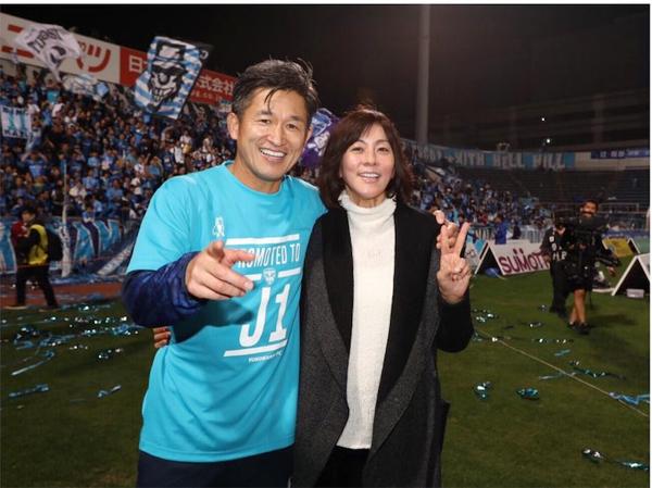 Bà xã Risako không ít lần tới sân cổ vũ chồng thi đấu cho Yokohama. Huyền thoại người Nhật Bản gắn bó với đội bóng áo xanh từ 2005.
