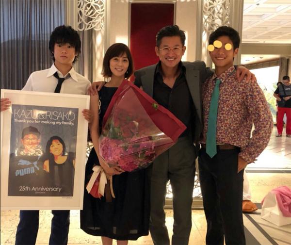 Năm 2018, vợ chồng cầu thủ có biệt danh Vua Kazu kỷ niệm Đám cưới bạc nhân dịp 25 năm ngày cưới. Ở tuổi ngoài 50, bà mẹ hai con Risako trông vẫn trẻ trung, vóc dáng gọn gàng cùng phong cách thời trang thanh lịch, sành điệu.