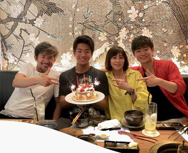 Vợ chồng cầu thủ cao tuổi nhất tại giải J League có hai cậu con trai. Cả gia đình luôn bên nhau trong những dịp sinh nhật hay các ngày lễ tết.