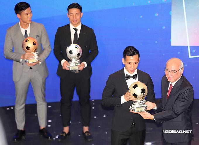 Văn Quyết được xướng tên cho danh hiệu Quả bóng vàng Việt Nam 2020 trong lễ gala được tổ chức tại khách sạn REX, TP HCM, tối nay 12/1. Tiền đạo của CLB Hà Nội vượt qua bộ đôi trung vệ của Viettel là Bùi Tiến Dũng và Quế Ngọc Hải để giành danh hiệu này.