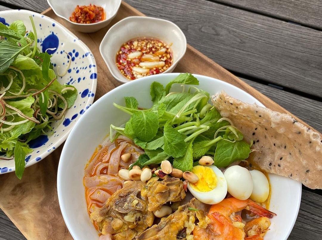 Mì Quảng tôm, thịt, trứng cút của nhà Hà Tăng.