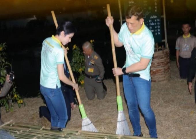 Vua Maha Vajiralongkorn và Hoàng quý phi Sineenat Wongvajirapakdi quét sân trong nhà tù. Ảnh: Thai PBS.