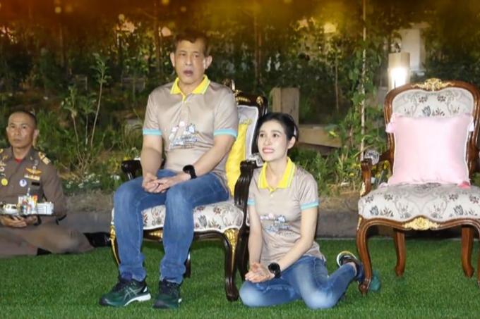 Hoàng quý phi ngồi bệt dưới đất cạnh ghế của Vua Thái. Ảnh: Thai PBS.
