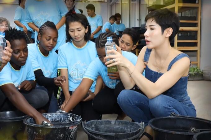 Hoàng quý phi Thái Lan xuất hiện với diện mạo trẻ trung khi tham gia hoạt động cộng đồng. Ảnh: Thai PBS.