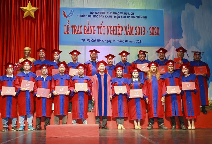 Trịnh Kim Chi chia sẻ, cô thấy mình như được sống lại tuổi đôi mươi trong ngày nhận bằng tốt nghiệp đại học.
