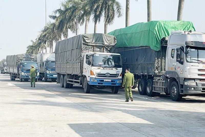 Những chiếc xe tải chở hàng lậu bị công an Hải Dương bắt giữ.