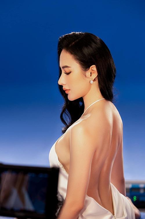 Angela Phương Trinh gợi cảm với váy cổ yếm.