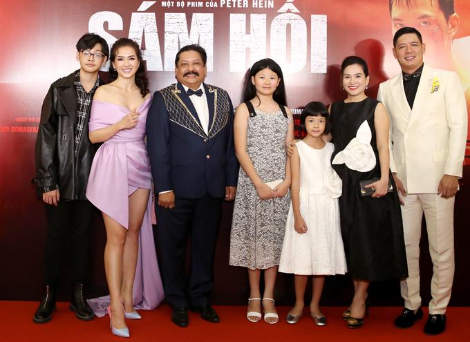 Mẹ con Anh Thư và gia đình Bình Minh chụp ảnh cùng nhà sản xuất người Ấn Độ - ông Raja Ramani (giữa).