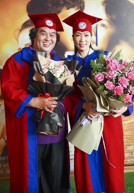 Diễn viên hài Hoàng Mập học chung lớp với Trịnh Kim Chi. Anh hào hứng chụp ảnh cùng đồng nghiệp trong lễ nhận bằng cử nhân.