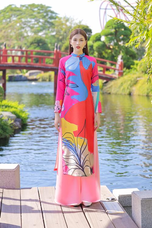 Á hậu Ngọc Thảo duyên dáng với trang phục mang hơi hướng áo dài cổ điển và được làm mới bởi tông màu bắt mắt.