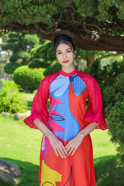Á hậu Phương Anh nổi bật trong bối cảnh xanh mát với áo dài cách tân và phối chất liệu mềm mại cho tay áo.