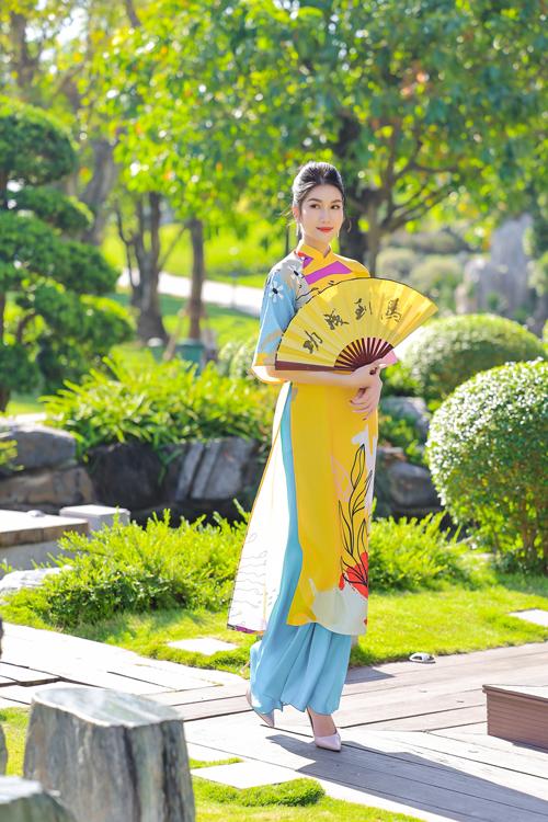 Phối hợp ăn ý cùng trang phục rực rỡ sắc màu là thiết kế quần lụa đơn sắc mang lại sự hài hòa cho tổng thể.