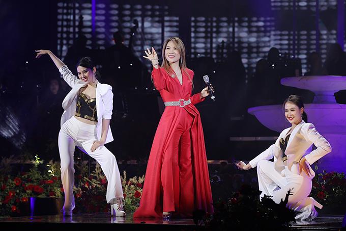 Thiết kế tà dài cồng kềnh khiến Mỹ Tâm không thoải mái khi biểu diễn. Cô cảm thấy không thể hết mình với các vũ điệu với bộ trang phục này.
