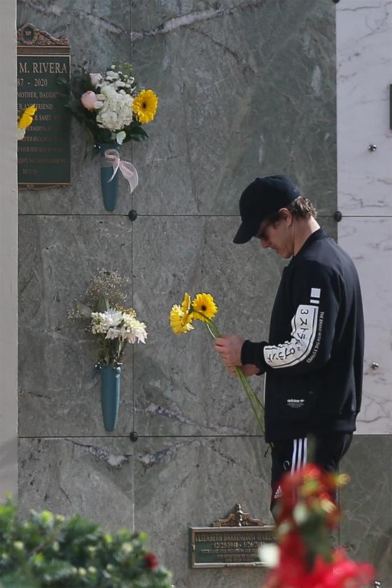 Trước mộ của Naya Rivera, nam diễn viên 37 tuổi nghẹn ngào cúi đầu tưởng nhớ.