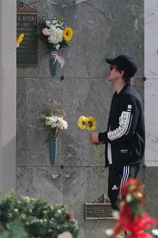 Ngày 12/1 là sinh nhật tròn 34 tuổi của Naya Rivera nhưng cô đã an nghỉ nơi thiên đường. Nhiều người thân, bạn bè đã mang hoa tới viếng mộ cô trước Ryan.