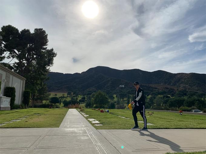 Ryan Dorsey cầm bó hoa tới nghĩa trang Forest Lawn ở Hollywood Hills ngày 12/1.