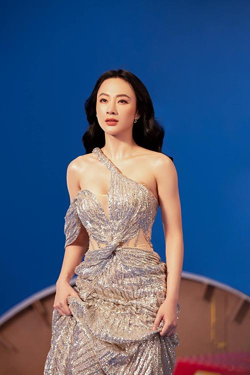 Nữ diễn viên được khen ngày càng xinh đẹp, quyến rũ.