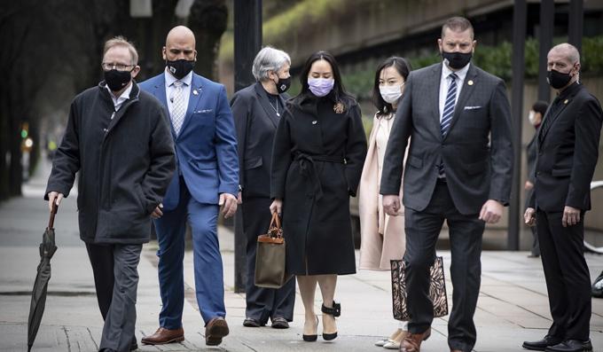 Bà Meng Wanzhou (áo đen, giữa) rời Tòa án Tối cao British Columbia hôm 12/1. Ảnh: AP.