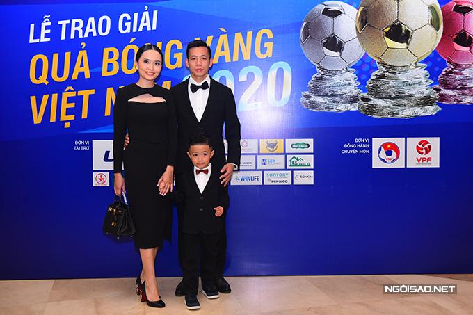 Văn Quyết cùng vợ con tại gala Quả bóng vàng Việt Nam 2020 tối 12/1. Ảnh: Đức Đồng.