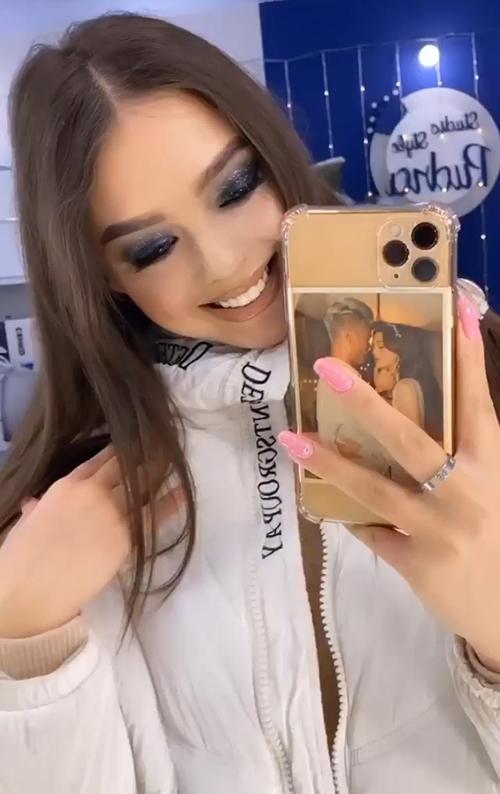 Dianka khoe tấm ảnh tình tứ với Bùi Tiến Dũng bên trong chiếc ốp điện thoại. Ảnh: Instagram.